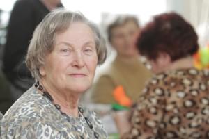 — Coś w tych genach jest — mówi Helena Alberska. — Moja mama zmarła w wieku 95 lat. Miała może z pięć siwych włosów. Ja dopiero po sześćdziesiątce zaczęłam siwieć. A moja siostra ma teraz 85 lat Fot. Grzegorz Czykwin
